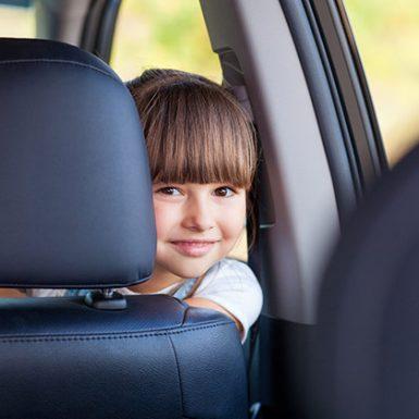 ¿Cuándo pueden los niños viajar en el asiento delantero del coche?