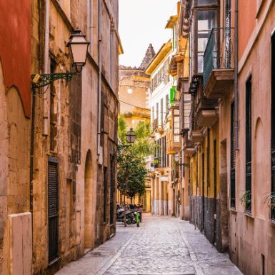 Alicante, Madrid y Málaga, las ciudades de España más baratas para ir de vacaciones
